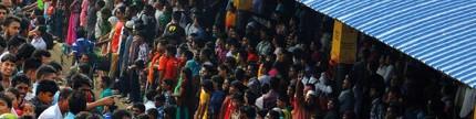 Berkereta api di antara ribuan manusia di India Utara