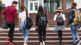 Mau kuliah ke luar negeri tanpa beasiswa, berapa biayanya?