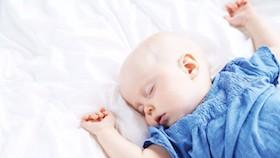 Rambut bayi harus digundul agar tebal?