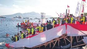Rekor dunia, ribuan penyelam bentangkan bendera di bawah air