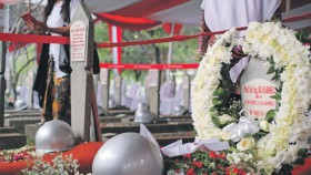 Pemakaman BJ Habibie, di pusara pun merdeka berdampingan