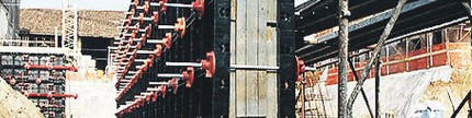 Pencetak beton berbahan plastik praktis dan hemat kayu