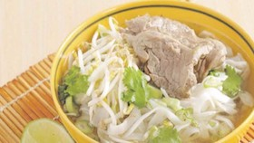 Pho, mi & daging sapi berkuah bening