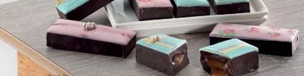 Dekorasi cantik luster dust di atas cokelat
