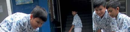 School break, Mallogo main golf pakai batok kelapa